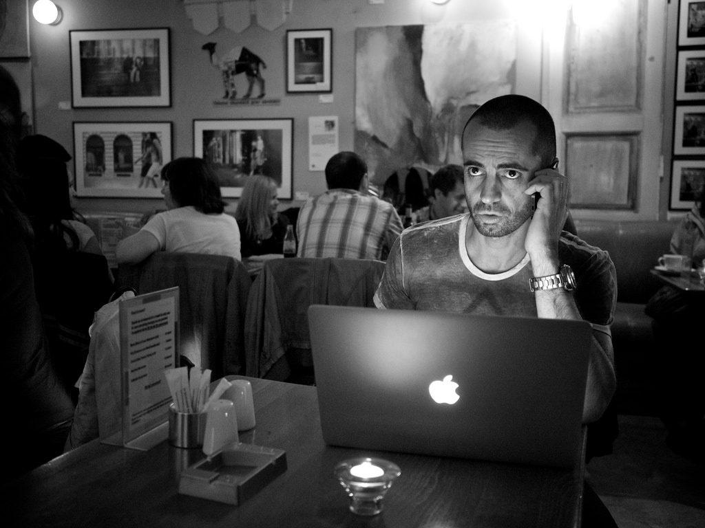 カフェでパソコンをいじる男