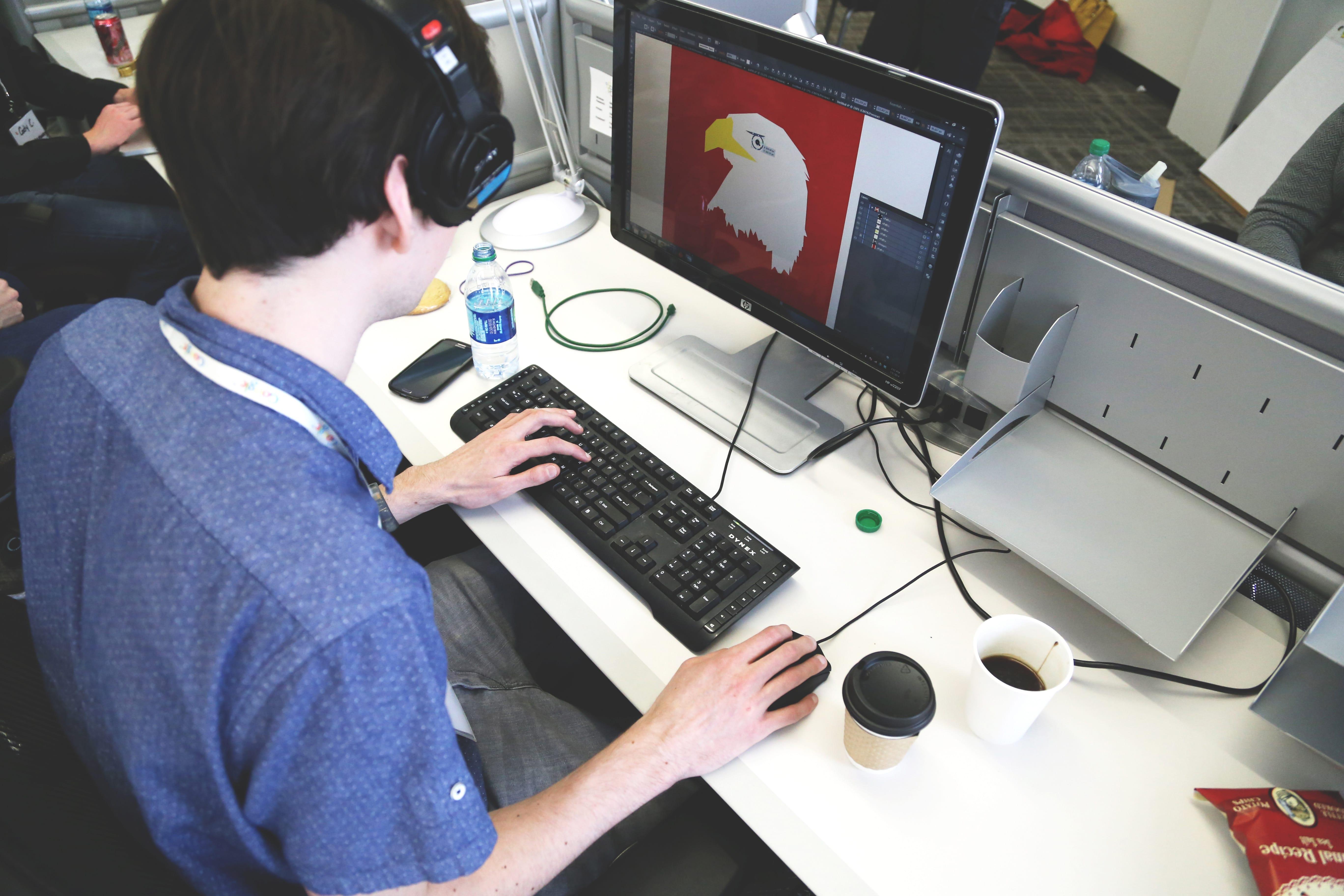 パソコンを使う男の人