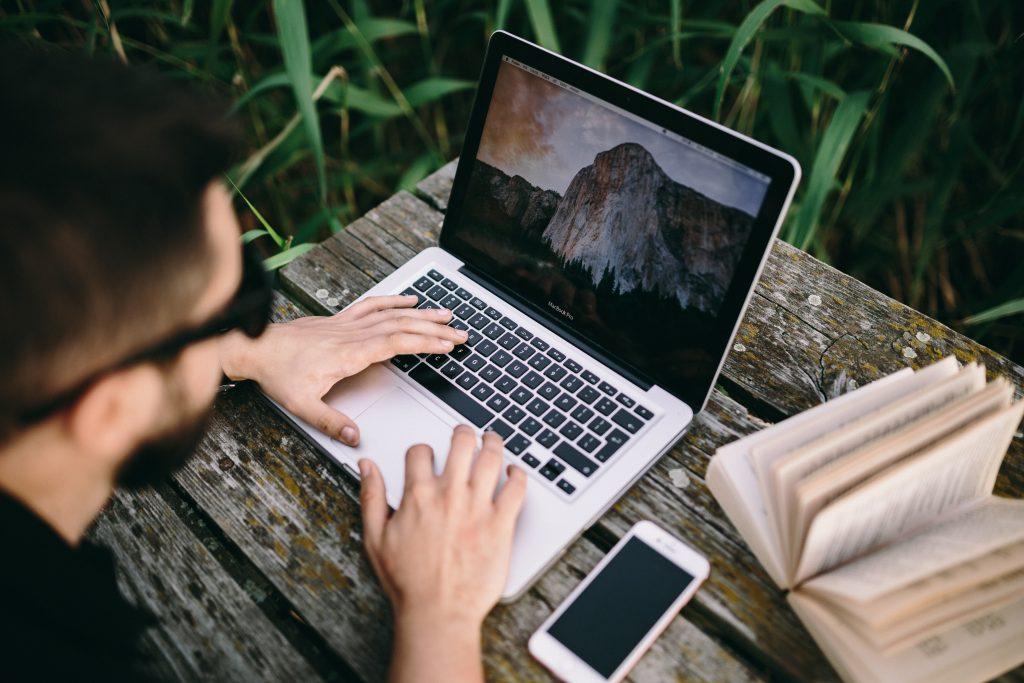 パソコンと手と手帳