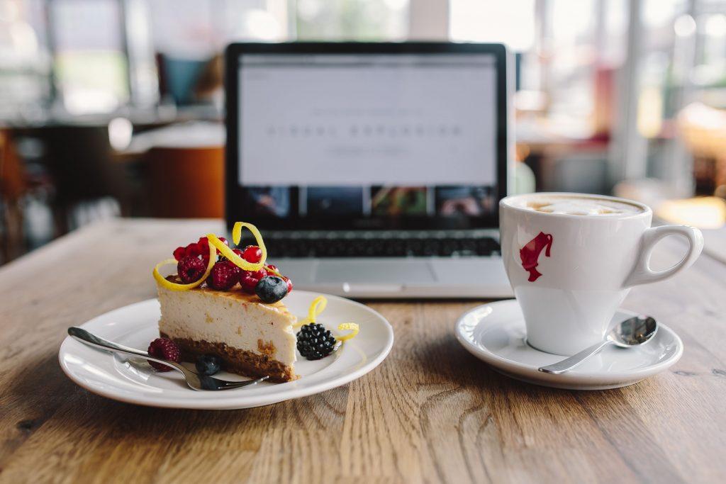 ケーキとパソコン