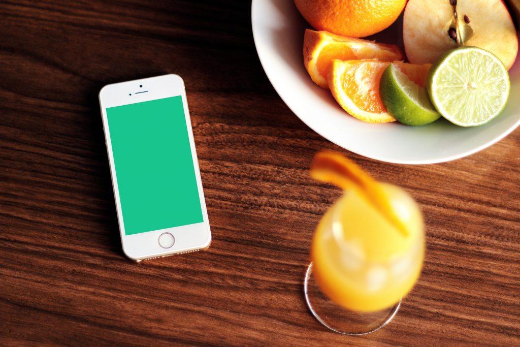 オレンジジュースとスマホ
