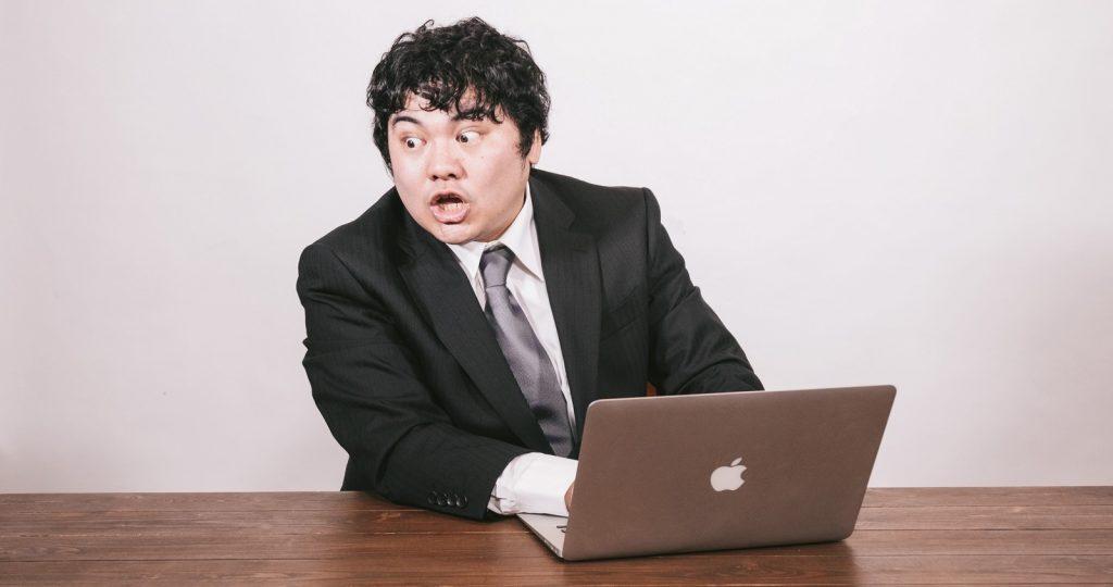 パソコンを見る男