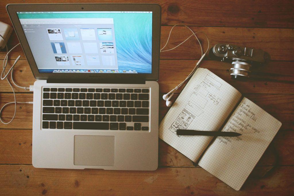 パソコンとイヤフォン