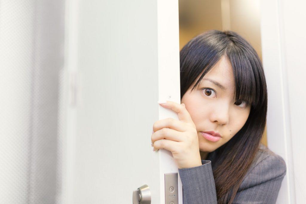 ドアから覗いている女