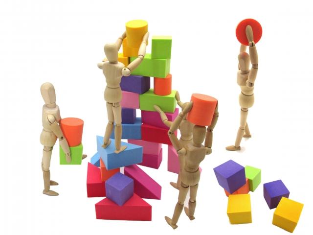 積み木を積む木の人形