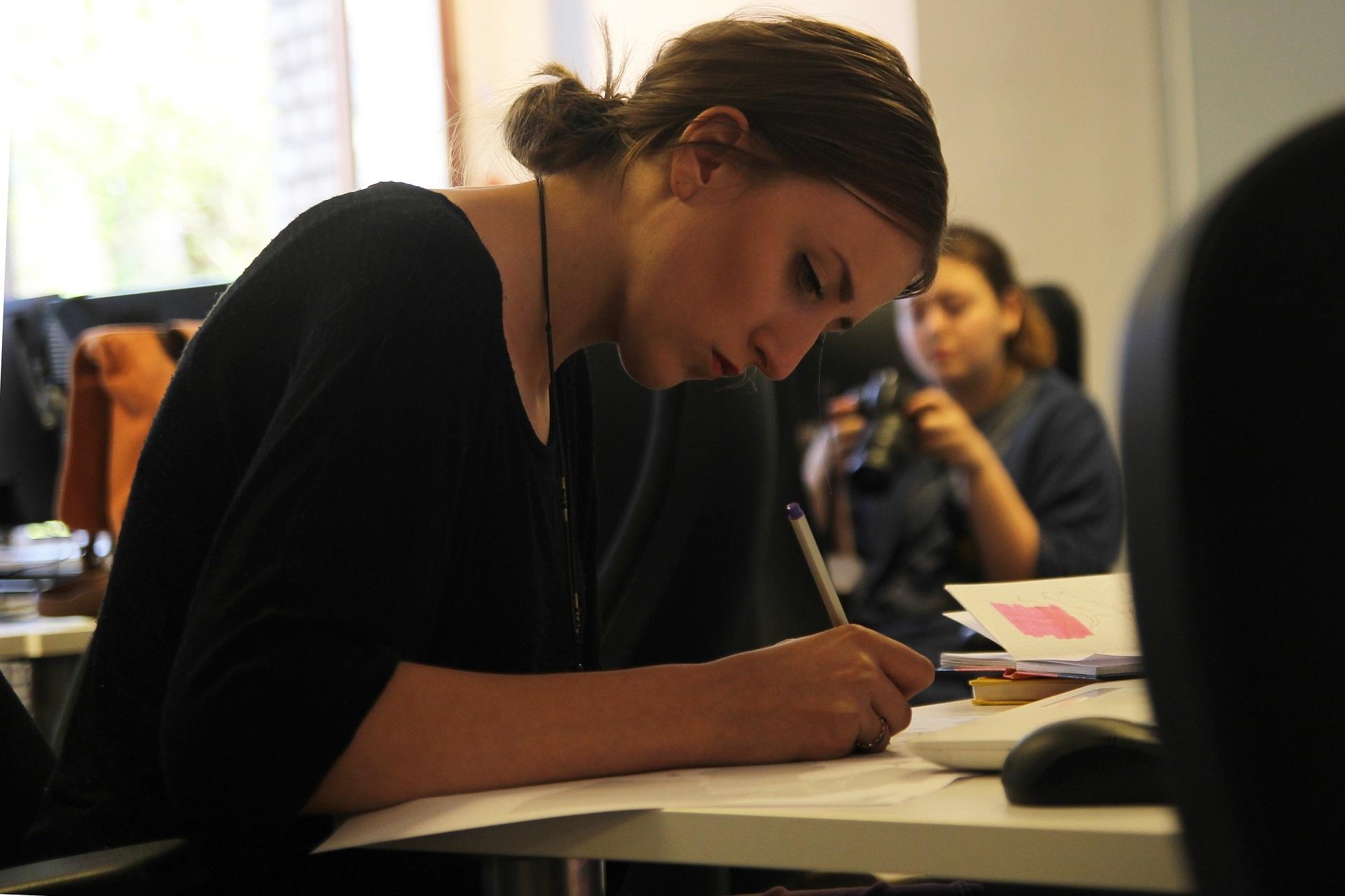 作業をする女性