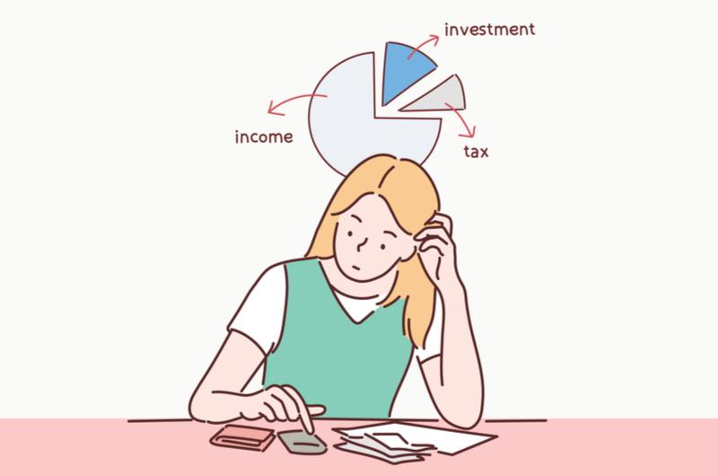 お金の計算をしている女性のイメージ