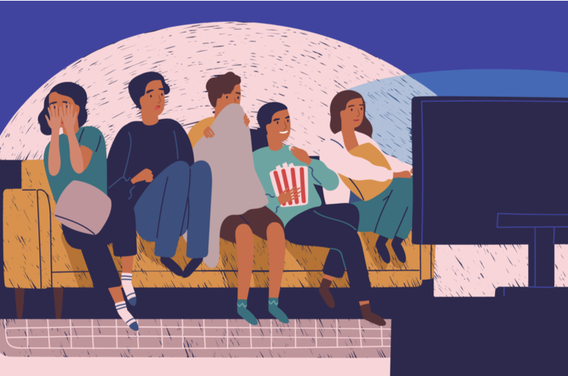 大学生が室内で映画鑑賞しているイメージ