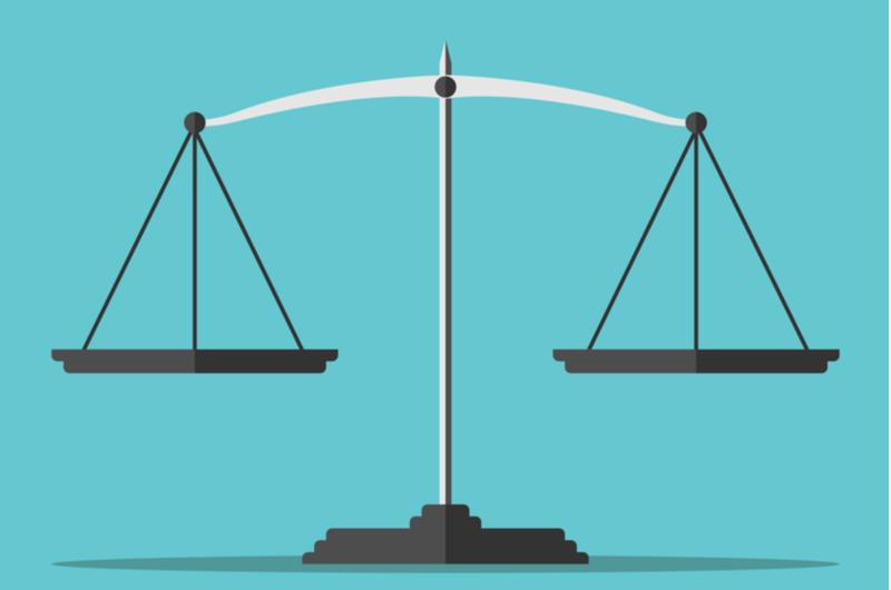 会社員と個人事業主の違いを天秤で測る様子