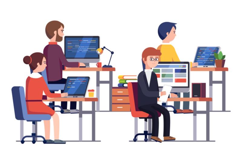 プログラミングスクールを無料体験している大人たち