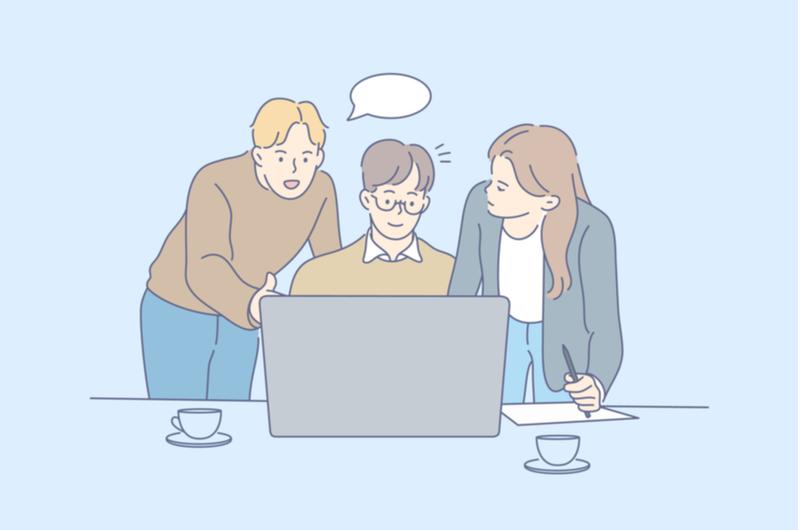 パソコンを見ながら話し合う人々